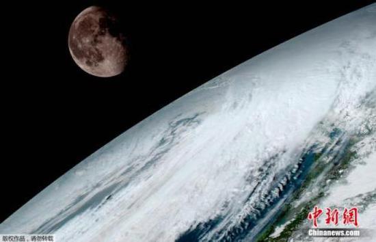 地球及远处的月球隔空相望